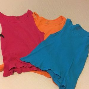 3 cropped muscle shirts